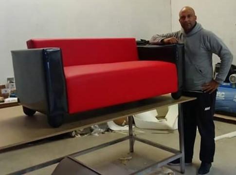 José Luís Nsoumb en su taller de tapicería de Terrassa